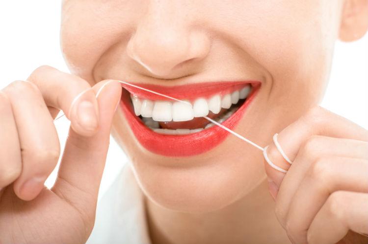 Zähne und Zahnseide