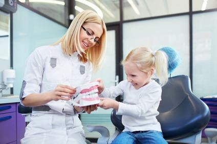 Die Kosten für Zahnspangen belaufen sich oft auch mehere hundert Euro