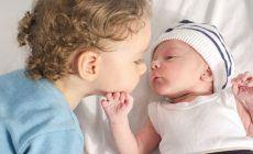 Junge mit kleinem Baby-Geschwisterchen