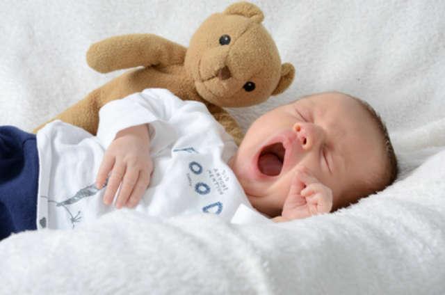 lustige babyfotos baby gähnt