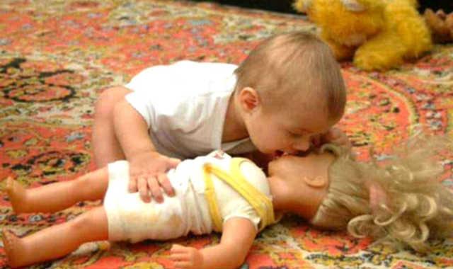 lustiges baby küsst eine puppe witzige babyfotos
