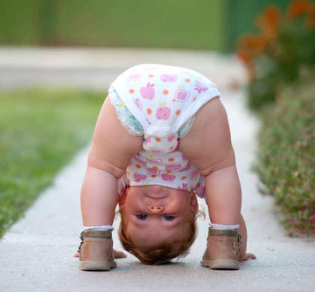 lustiges baby ist sportlich witziger handstand