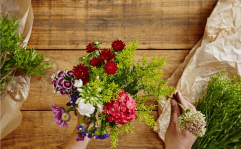 Florist beim Binden eines Blumenstraußes