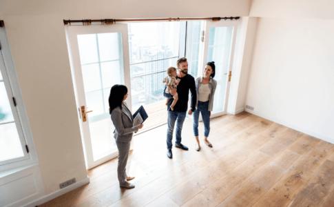 Familie bei der Hausbesichtigung