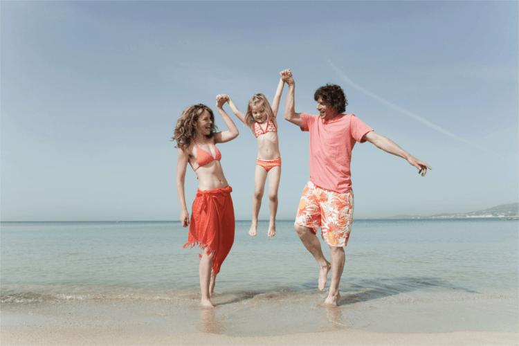 Familie am Strand auf Mallorca