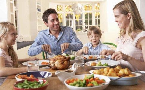 Familie beim gesunden Essen