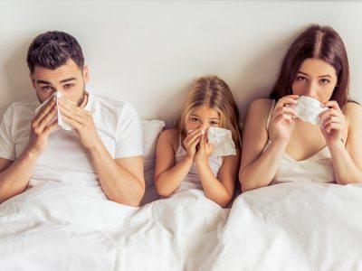 kleine familie krank im bett