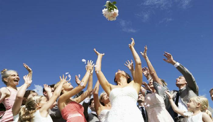 Brautstraußwerfen ist ein typischer Hochzeitsbrauch