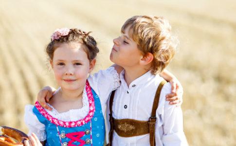 Kinder im Oktoberfest Outfit