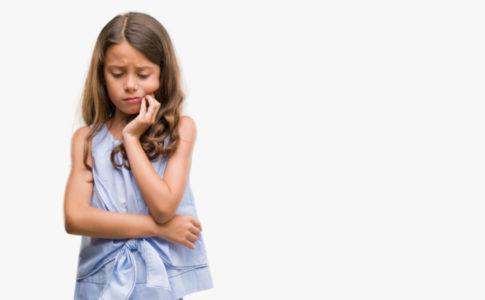 Kleines Mädchen welches Zahnschmerzen hat