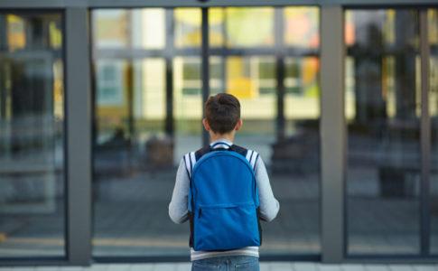Kind was die Schule betritt