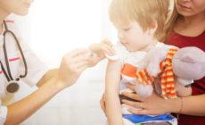 Kleiner Junge der gerade geimpft wird