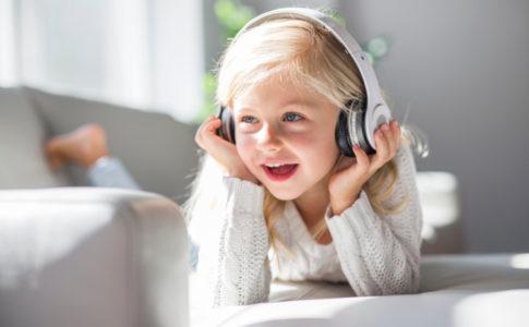 Kind welches Kopfhörer auf hat