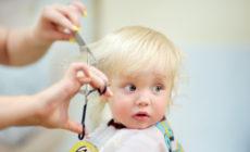 Mutter schneidet Haare Ihres Kindes