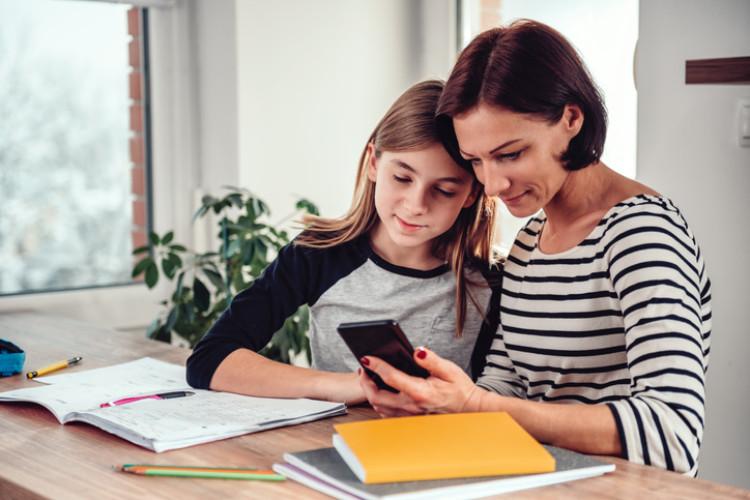 Mutter und Kind am Smartphone