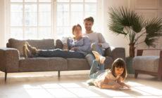 Familie welches sich im Wohnzimmer aufhält