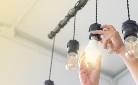 Lampe wird ausgewechselt