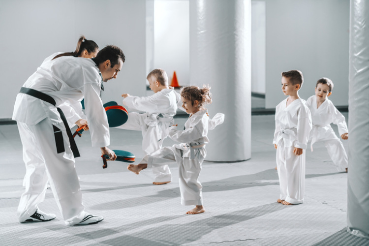 Kinder die Kampfsport treiben