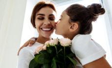Mädchen schenkt Mutter Rosen