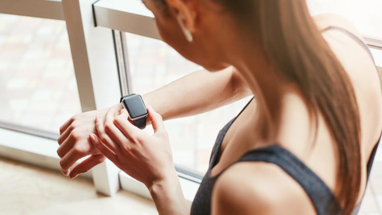 Frau mit Smartwatch