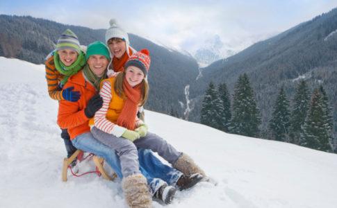 Familie auf einem Schlitten