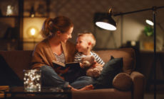 Mutter und Kind lesen