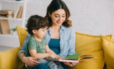 Mutter mit ihrem Sohn am Lesen