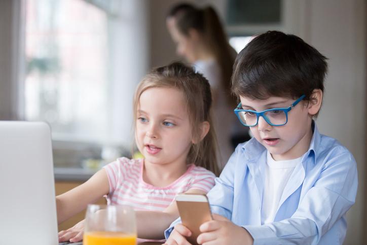 Zwei Kinder die gemeinsam lernen