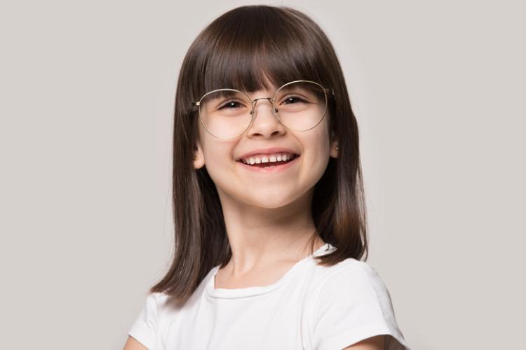 Kleines Mädchen welches eine Brille trägt