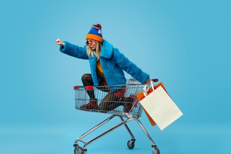 Frau in einem Einkaufswagen
