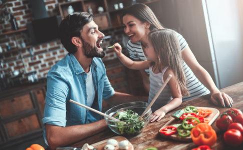 Familie die zusammen kocht