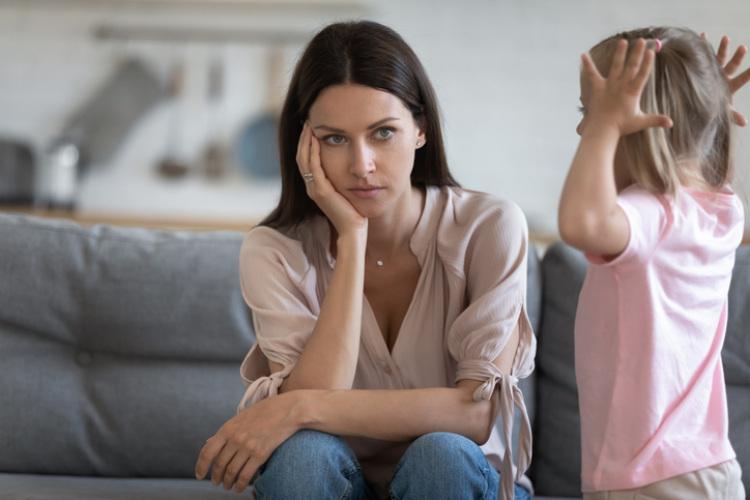 Verzweifelte Mutter mit ihrem Kind