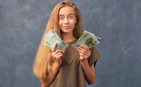 Mädchen mit Geld in der Hand