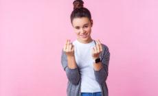 Mädchen welches die Finger reibt