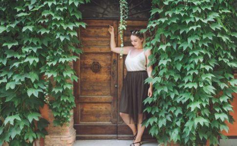 Frau an einem Tor