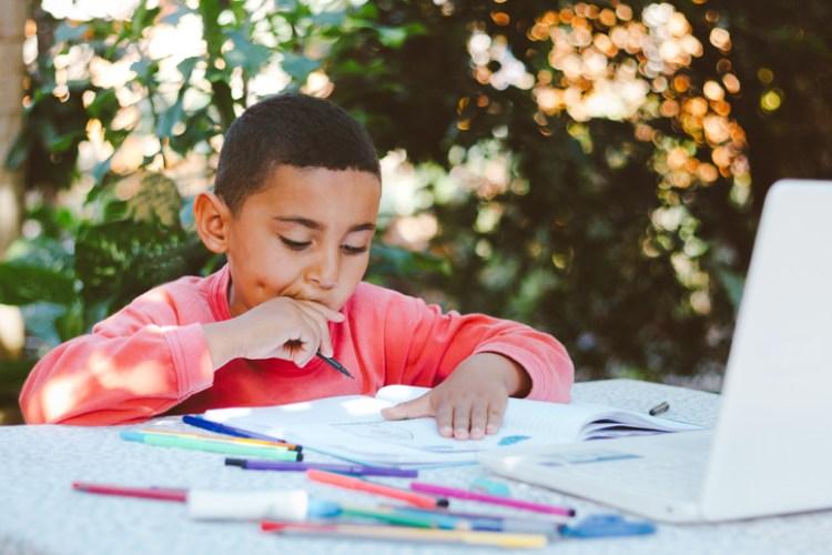 Junge der von zu Hause aus lernt