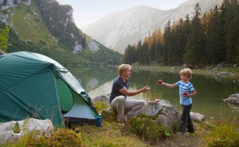 Vater und Sohn am Zelt in der Natur in Süddeutschland