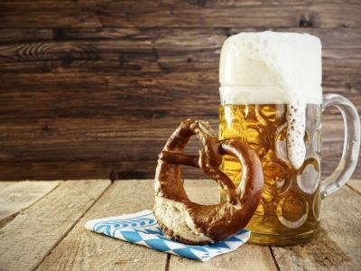 Bier und Brezen auf Oktoberfestdeko