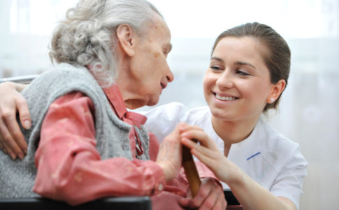 Altenpflegerin und alte Frau