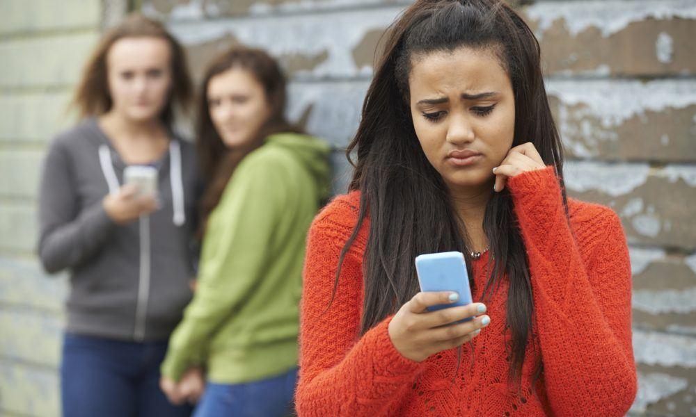 Mädchen wird über das Telefon gemobbt