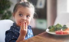 Kleines Kind isst eine Möhre