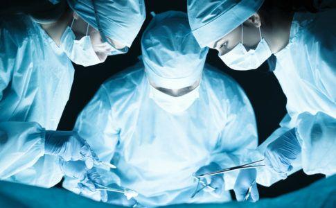chirurgen operieren am op-tisch