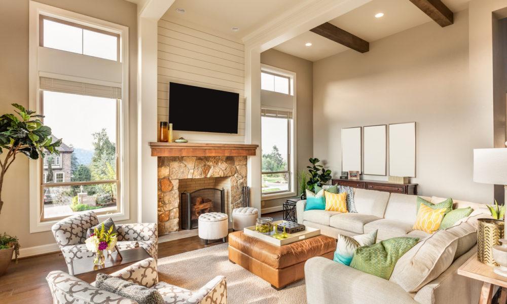 Wohnzimmer mit einem Kamin im Mittelpunkt