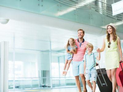Familie mit zwei Kindern steht am Flughafen