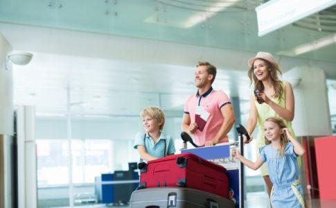 Junge Familie mit ihrem Gepäck am Flughafen
