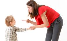 Mutter, die Ihr Kind streng belehrt