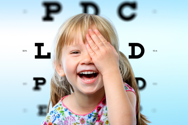 Mädchen, welches sich Ihr Auge zuhält