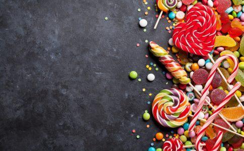 Bunte Süßigkeiten-Mischung auf dunklem steinernem Grund