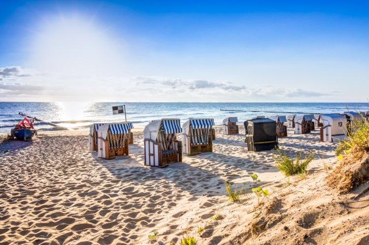 Sonniger Tag am Strand mit Strandkörben