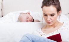 Kind welches neben der Mutter schläft